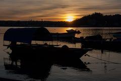 Βάρκες στο ηλιοβασίλεμα Στοκ φωτογραφία με δικαίωμα ελεύθερης χρήσης