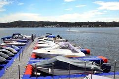 Βάρκες στο λιμενοβραχίονα Στοκ φωτογραφία με δικαίωμα ελεύθερης χρήσης