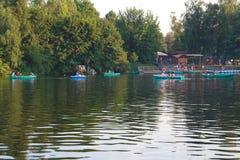 Βάρκες στο λαμπρό θερινό νερό μιας όμορφης δασικής λίμνης στοκ εικόνες