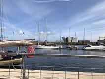 Βάρκες στο λιμάνι του Μπέλφαστ, τιτανικό κτήριο στην απόσταση στοκ εικόνες