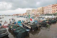 βάρκες στο λιμάνι Anzio τη νεφελώδη ημέρα, Ιταλία Στοκ φωτογραφία με δικαίωμα ελεύθερης χρήσης