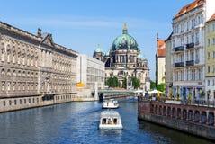 Βάρκες στο ξεφάντωμα ποταμών στο Βερολίνο στοκ εικόνες