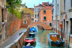 Βάρκες στο κανάλι μεταξύ των σπιτιών. Βενετία, Ιταλία. Στοκ εικόνες με δικαίωμα ελεύθερης χρήσης