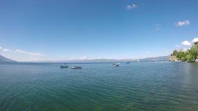 Βάρκες στο τοπίο της Οχρίδας λιμνών απόθεμα βίντεο