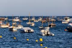 Βάρκες στο ωκεάνιο EN Tamariu (μικρό χωριό σε Κόστα Μπράβα, γάτα Στοκ φωτογραφία με δικαίωμα ελεύθερης χρήσης