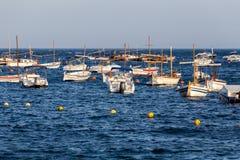 Βάρκες στο ωκεάνιο EN Tamariu (μικρό χωριό σε Κόστα Μπράβα, γάτα Στοκ εικόνες με δικαίωμα ελεύθερης χρήσης