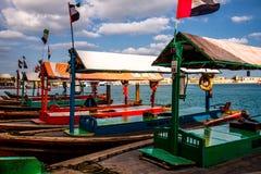 Βάρκες ταξί στη Μέση Ανατολή κοντά στις αγορές στοκ εικόνα