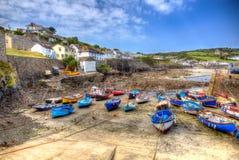 Βάρκες της λιμενικής Κορνουάλλης Αγγλία UK Coverack at low tide το καλοκαίρι σε δημιουργικό HDR Στοκ Φωτογραφίες