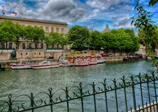Βάρκες της πυροσβεστικής υπηρεσίας του Παρισιού στον ποταμό Σηκουάνας Στοκ φωτογραφίες με δικαίωμα ελεύθερης χρήσης