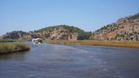 Βάρκες τουριστών που πλέουν κατά μήκος του βίντεο ποταμών στην Τουρκία απόθεμα βίντεο