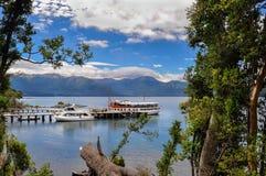 Βάρκες τουριστών στην αποβάθρα στη λίμνη Nahuel Huapi Στοκ Φωτογραφία