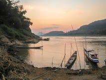 Βάρκες του Λάος στο ποταμό Μεκόνγκ στο ηλιοβασίλεμα Στοκ εικόνες με δικαίωμα ελεύθερης χρήσης