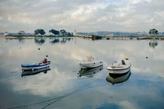 Βάρκες του Barreiro στον ποταμό και τους μύλους Στοκ Φωτογραφία