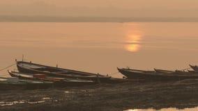 Βάρκες υπόλοιπου κόσμου στον ποταμό του Γάγκη στην αυγή απόθεμα βίντεο