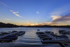 Βάρκες Arrowhead στο λιμάνι λιμνών κατά τη διάρκεια του χρόνου ηλιοβασιλέματος Στοκ φωτογραφία με δικαίωμα ελεύθερης χρήσης