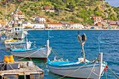 Βάρκες dalmatinski Novigrad στην ακτή Στοκ εικόνα με δικαίωμα ελεύθερης χρήσης