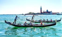 Βάρκες Grand γονδολών τουριστών SAN Giorgio Maggiore Church καναλιών Βενετία Ιταλία Στοκ εικόνα με δικαίωμα ελεύθερης χρήσης