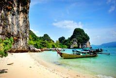 Βάρκες Longtail κατά μήκος της όμορφης παραλίας της Ταϊλάνδης Στοκ Φωτογραφίες