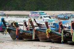 Βάρκες Longtail σε ένα κανάλι στην αποβάθρα Nopparatthara, AO Nang, Krabi, Στοκ εικόνα με δικαίωμα ελεύθερης χρήσης