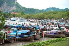 Βάρκες Longtail σε ένα κανάλι στην αποβάθρα Nopparatthara, AO Nang, Krabi, Στοκ Φωτογραφίες