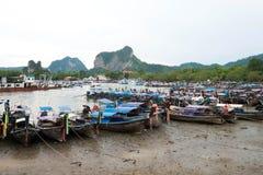 Βάρκες Longtail σε ένα κανάλι στην αποβάθρα Nopparatthara, Krabi, Ταϊλάνδη Στοκ Εικόνες
