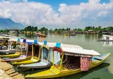 Βάρκες Shikara/τρόπος ζωής στη λίμνη DAL, Σπίναγκαρ, Κασμίρ, Ινδία Στοκ φωτογραφία με δικαίωμα ελεύθερης χρήσης