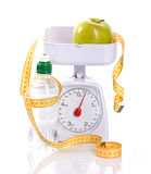 Βάρος-κλίμακες, μέτρο, μήλο και μπουκάλι με το aqua Στοκ Εικόνα