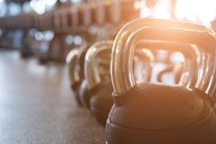 βάρος μετάλλων στη γυμναστική kettlebell στη λέσχη υγείας ικανότητα, trainin Στοκ Εικόνα