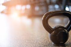 βάρος μετάλλων στη γυμναστική kettlebell στη λέσχη υγείας ικανότητα, trainin Στοκ Εικόνες