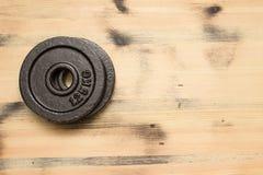 Βάρος στο ξύλινο υπόβαθρο Στοκ φωτογραφία με δικαίωμα ελεύθερης χρήσης