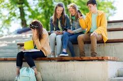 Βάσανο κοριτσιών σπουδαστών της διακωμώδησης συμμαθητών Στοκ Εικόνες