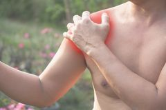 βάσανο ώμων πόνου ατόμων Οξύς πόνος σε έναν μυ ατόμων con Στοκ Εικόνες