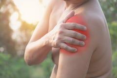 βάσανο ώμων πόνου ατόμων Οξύς πόνος σε έναν μυ ατόμων con Στοκ φωτογραφίες με δικαίωμα ελεύθερης χρήσης