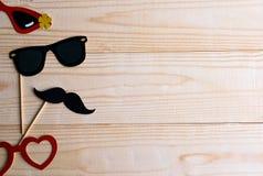 Βάση για το έμβλημα με τα στηρίγματα και τα γυαλιά mustache για τις φωτογραφίες Πλαίσιο για το κείμενο με το έγγραφο mustache και στοκ εικόνες