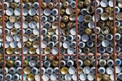 Βάση των δοχείων ψεκασμού πίσω από τους σκουριασμένους φραγμούς Στοκ φωτογραφία με δικαίωμα ελεύθερης χρήσης