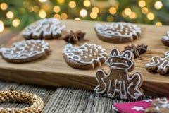 Βάτραχος μελοψωμάτων Χριστουγέννων με αρκετούς άλλο μελόψωμο Στοκ φωτογραφία με δικαίωμα ελεύθερης χρήσης