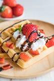 βάφλα με τη φράουλα στο ξύλο Στοκ Φωτογραφίες