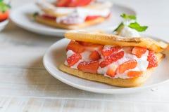 βάφλα με τη φράουλα στο ξύλο Στοκ φωτογραφία με δικαίωμα ελεύθερης χρήσης