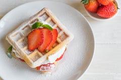 βάφλα με τη φράουλα στο ξύλο Στοκ Εικόνα