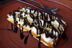 Βάφλα με το κάλυμμα μπανανών και σοκολάτας στοκ εικόνα
