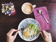 Βάφλες που γεμίζονται με το μπέϊκον και το καλαμπόκι στον καφέ στοκ εικόνες