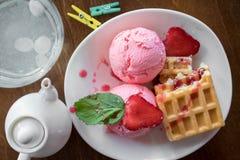 Βάφλες του Βελγίου με τις φράουλες, τη μέντα και το παγωτό σφαιρών scoope στο άσπρο πιάτο Στοκ Φωτογραφία