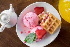 Βάφλες του Βελγίου με τις φράουλες, τη μέντα και το παγωτό σφαιρών scoope στο άσπρο πιάτο Στοκ Εικόνες