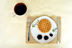 Βάφλα, μαρμελάδα φρούτων και οριζόντια έκδοση καφέ Στοκ φωτογραφία με δικαίωμα ελεύθερης χρήσης