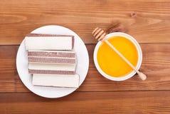 Βάφλες και πιάτο μελιού Στοκ εικόνα με δικαίωμα ελεύθερης χρήσης