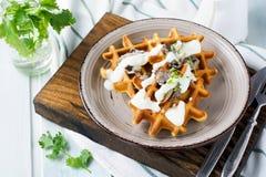 Βάφλες καλαμποκιού με τα μανιτάρια και τη σάλτσα Στοκ εικόνα με δικαίωμα ελεύθερης χρήσης