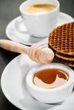 Βάφλες μελιού και φλυτζάνι καφέ Στοκ εικόνα με δικαίωμα ελεύθερης χρήσης