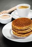 Βάφλες μελιού και φλυτζάνι καφέ Στοκ Φωτογραφίες