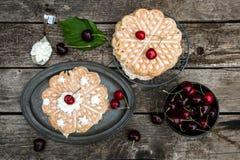 Βάφλες με τα κεράσια στο πιάτο, ξύλο Στοκ φωτογραφία με δικαίωμα ελεύθερης χρήσης