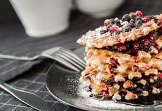 Βάφλες με τη μαρμελάδα και cowberry βακκινίων Στοκ εικόνα με δικαίωμα ελεύθερης χρήσης